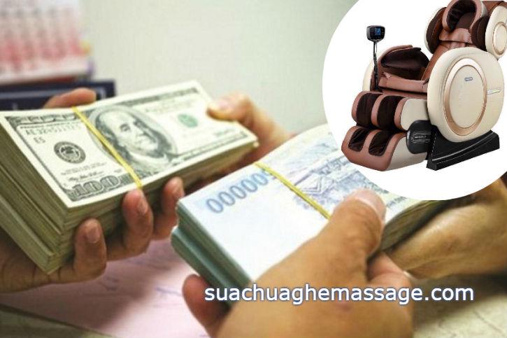 Khách hàng tranh thủ đổi tiền USD mua ghế massage cũ