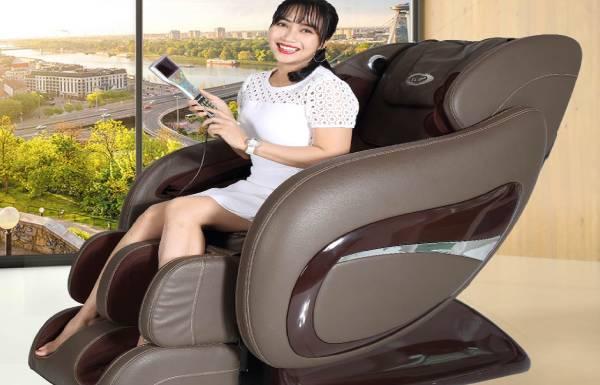 Ngập tràn hình ảnh giới văn nghệ sĩ quảng cáo ghế massage